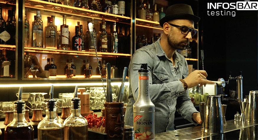 Derrière le bar du Solera Paris, Christopher Gaglione s'est prêté au jeu du Testing produit avec Le Fruit Monin Rhubarbe