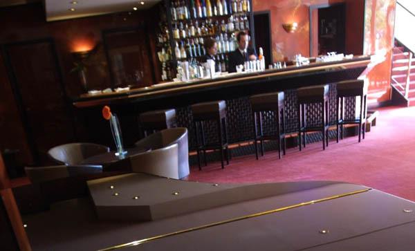 Le bar de l'Amiral au Martinez / © R.Hutching