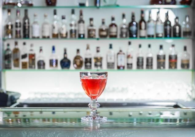 """Cocktail """"Baccarat Harcourt"""" par Thierry Hernandez // © Page Fan Facebook Plaza Athénée Paris"""