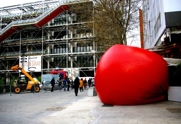 RedBall Project à Paris - Beaubourg // © Caroline Jolivet