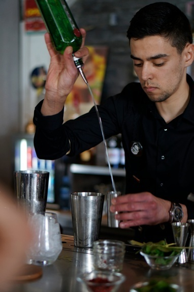 """Sami Mersel, lauréat des Trophées du Bar 2013, en plein préparation de son cocktail """"The Apprentice"""""""