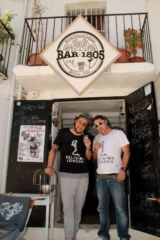 Charles Vexenat et Martin Lavie devant le Bar 1805 à Ibiza // DR