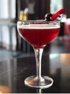 Les cocktails se partagent au bar du Renaissance Paris Arc de Triomphe