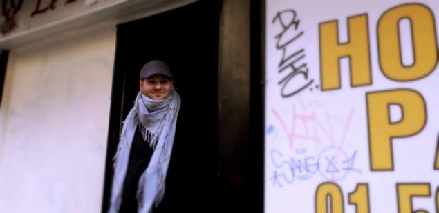 Joseph Biolatto devant le bar Baton Rouge (en travaux) - Paris Pigalle