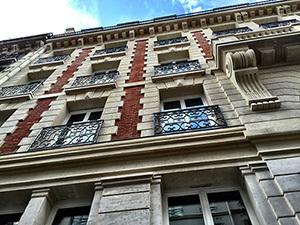 Façade extérieure des chambres donnant sur la rue du Bourg Labbé
