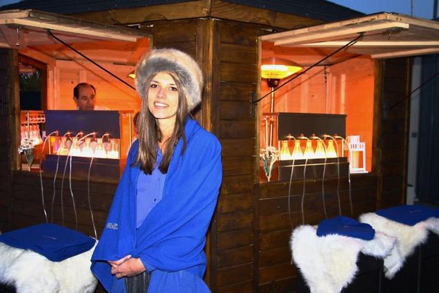 L'Hotesse Edelweiss devant le bar à oxygène installé e sur la Terrass  Kardinal