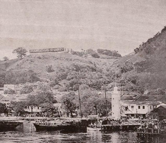 Port de Saint-Pierre avec la banderole SAINT JAMES