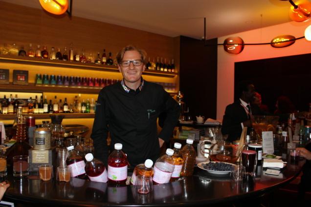 Victor Delpierre derrière le bar du Marignan