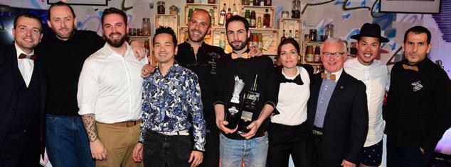 Régis Celabe, vainqueur du contest The Bartenders Society, Melinda Guerin White et le jury © Gilles Petipas