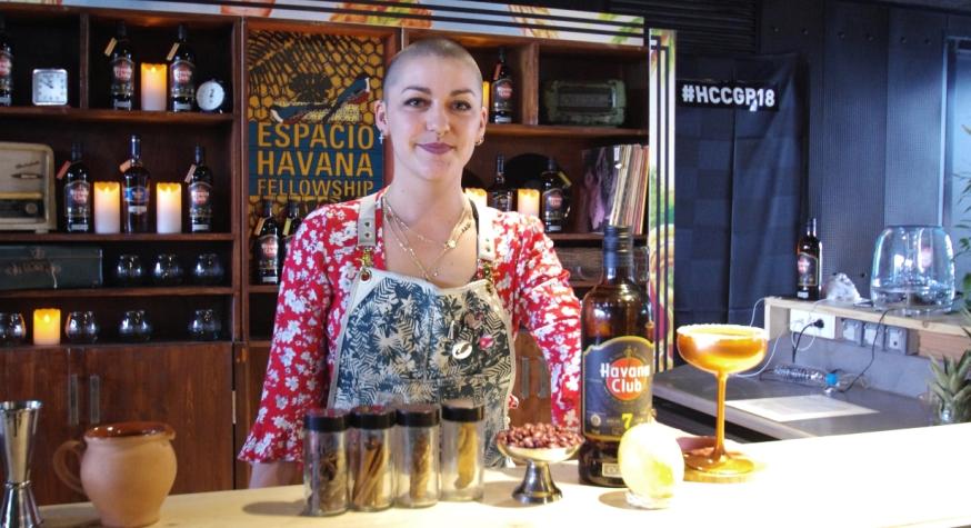 Ninon Fauvarque, barmaid à la Queue du Coq - Annecy © Infosbar.com