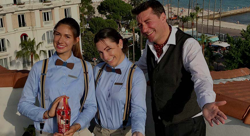 Rooftop du Majestic. Tout près de ses ruches, Emanuele, Directeur des Bars (Pôle hôtelier) et sa girls team face au 2 ème jardin arômatique.