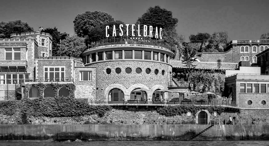 L'imposant hôtel Castelbrac face à l'océan © Site officiel