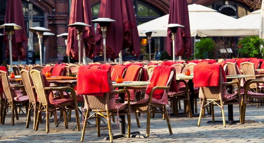 Les terrasses toujours vides vont se remplir en Belgique dès le 8 mai. A quelle date en France?