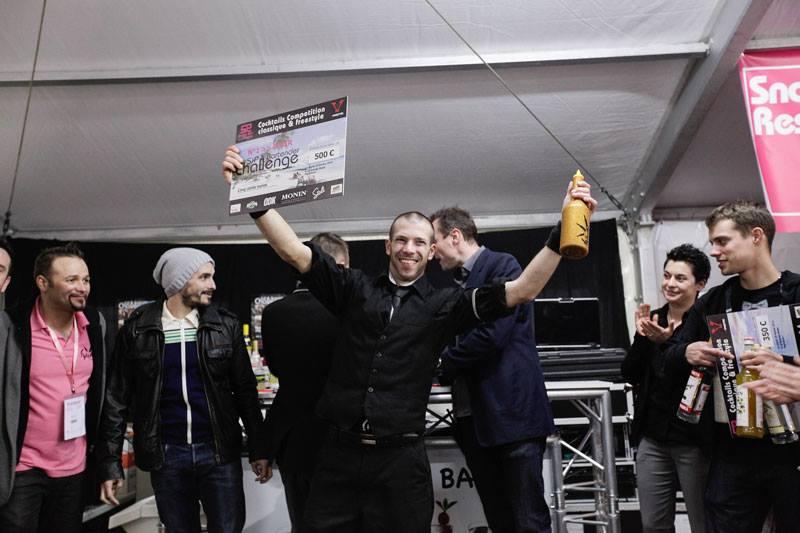 """Sylvain Glatigny, champion """"Flair Round"""" – Sip Bartender Challenge 2014 © Page Facebook Sip Bartender Challenge"""