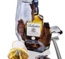 Une bouteille de whisky dans une sculpture en chocolat