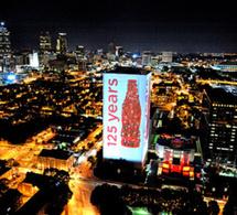 Coca Cola illumine son siège social pour ses 125 ans