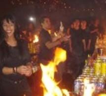 Le Bar Rouge à Shanghaï : Les clients derrière le bar pour faire le show