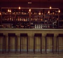 Daniel Rodriguez pose ses shakers au Bar du Parc à Fontainebleau